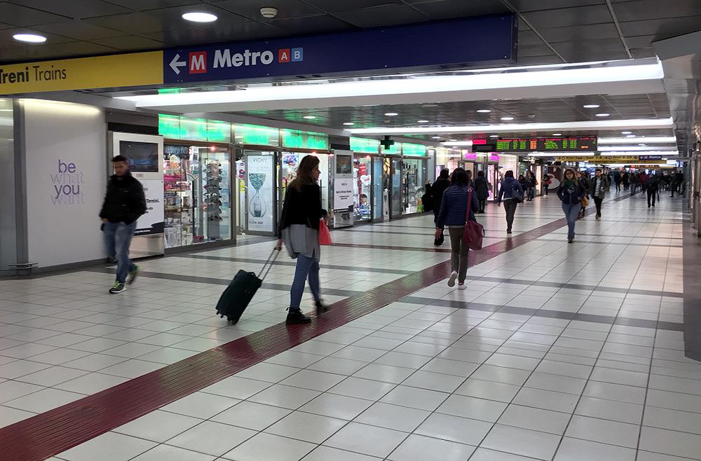 テルミニ駅地下通路、商店街