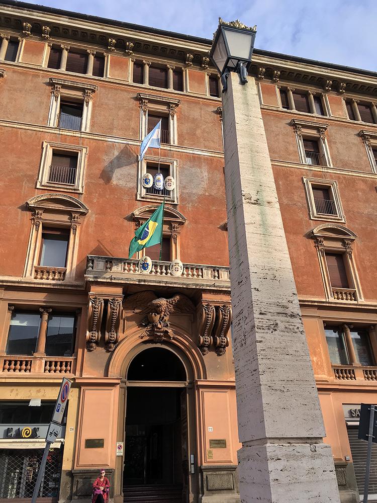 サン・ピエトロ大聖堂への専用通路の途中にいろいろな国の国旗があった。大使館? ここは、3階がブラジル、4階がアルゼンチン。揉め事起こらないのかな...