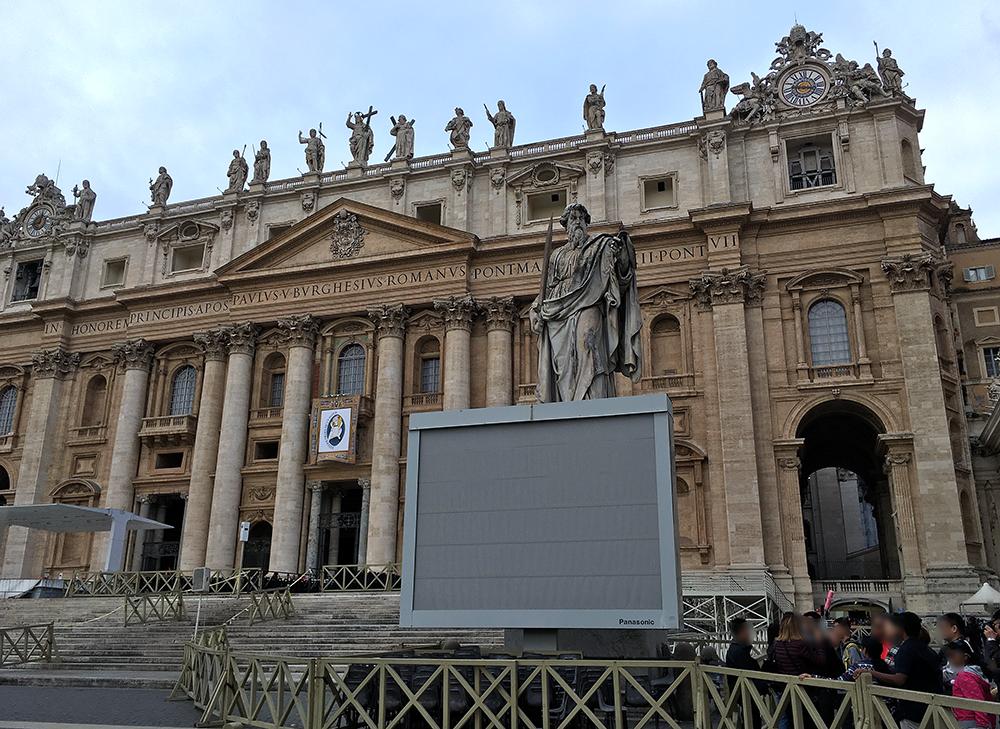 この日の戦後にローマ法王の謁見があるので中央には椅子が置いてある。大聖堂の前のペトロ像の下には1年前にはなかった電光掲示板が備え付けられていた。ちなみにパナソニック製