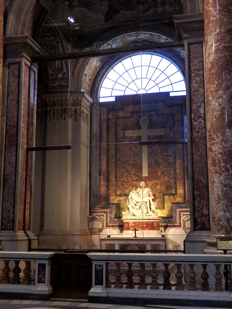通常なら目の前を通るミケランジェロの「ピエタ像」が右に見える