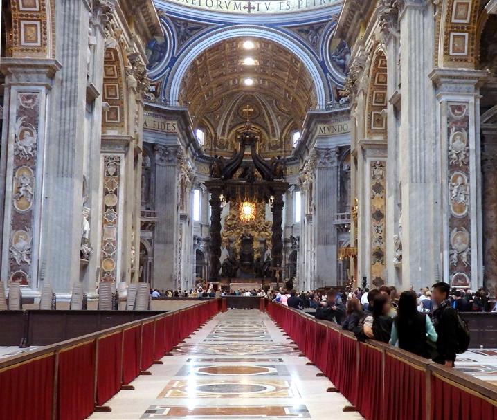サン・ピエトロ大聖堂の中も専用通路がまっすぐ続いている