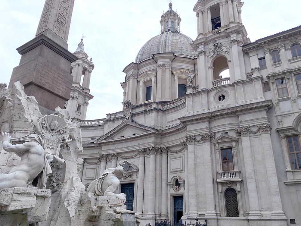 ヴォーナ広場にあるベルニーニ作の「四大河の噴水」とボロミーニ設計の「サンタニェーゼ・イン・アゴーネ教会」
