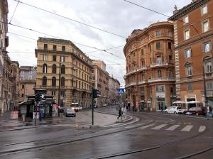 トッレ・アルジェンティーナ広場の前のバス通り