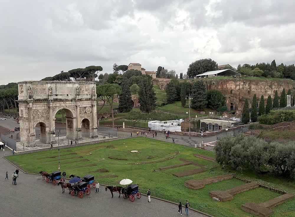 「コンスタンティヌスの凱旋門」の先に「パラティーノ」「フォロ・ロマーノ」がある