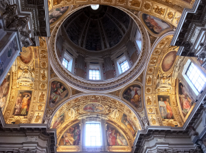 天井のドームの周辺も豪華な造り