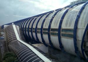 レオナルド・エクスプレスの着いたフィウミチーノ空港駅の外観はこんなパイプ状になっている