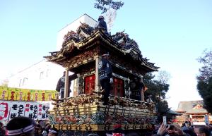 中近笠鉾。奥に見えるのが秩父神社