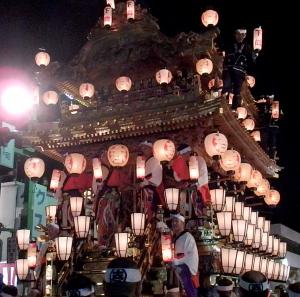 ギリ廻しが終わり出発する直前の下郷傘鉾。6台の中でもっとも大きい