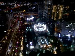 神戸市役所24階の展望ロビーから市内の夜景を見る