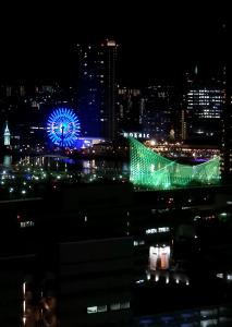 神戸市役所24階の展望ロビーからメリケン波止場の大観覧車も見える