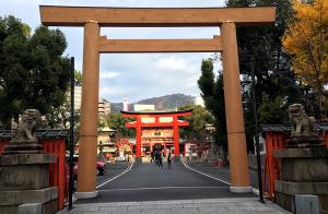 朝日を浴びる生田神社