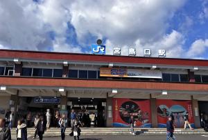 JR山陽線・宮島口駅到着