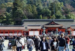 大鳥居から厳島神社を見る