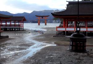 16時半でやっと大鳥居まで潮が満ちてきた状態。神社にはまだまだ...