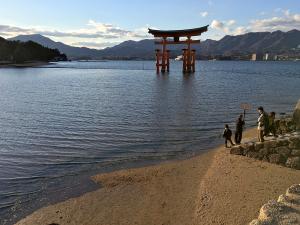 厳島神社を出てライトアップを待っている所。17時過ぎでやっと潮が満ちてきた