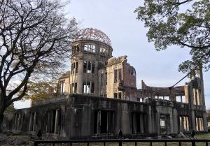 間近で見る原爆ドーム