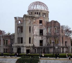 対岸から原爆ドームを見る