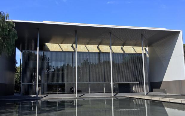 次は、法隆寺宝物館。近代的な建物で少々違和感...