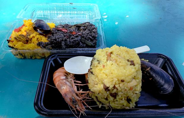 「ママズキッチン」の「イカスミと魚介パエリアのハーフ&ハーフ」(奥)と「Hokkaido Paella」の「北海道シーフードパエリア」(手前)