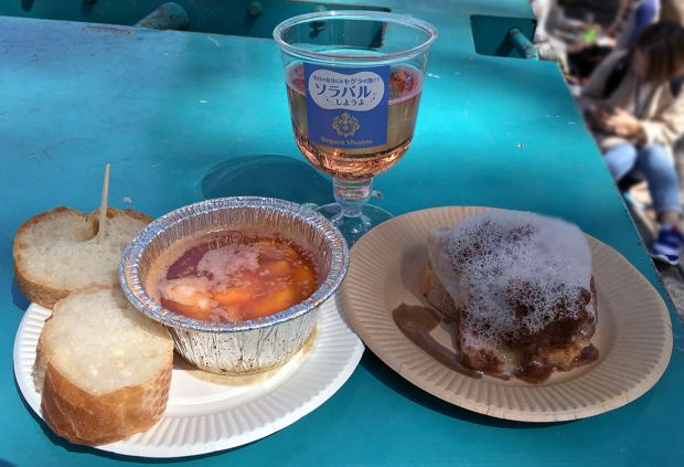 「日本アヒージョ協会」の「濃厚海老アヒージャ」(左側)と「パブロ」の「トロトロイベリコ豚の赤ワイン煮込み トリュフマッシュポテト添え」(右側)