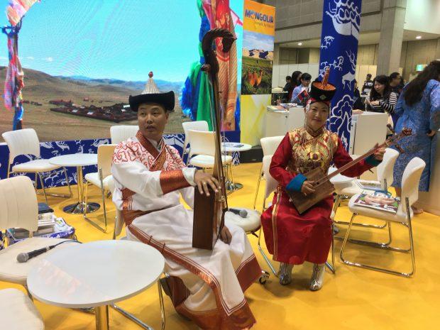 モンゴルの民族音楽の演奏