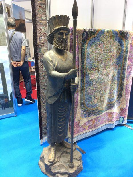 イランのブースの古代彫刻のレプリカ。その2