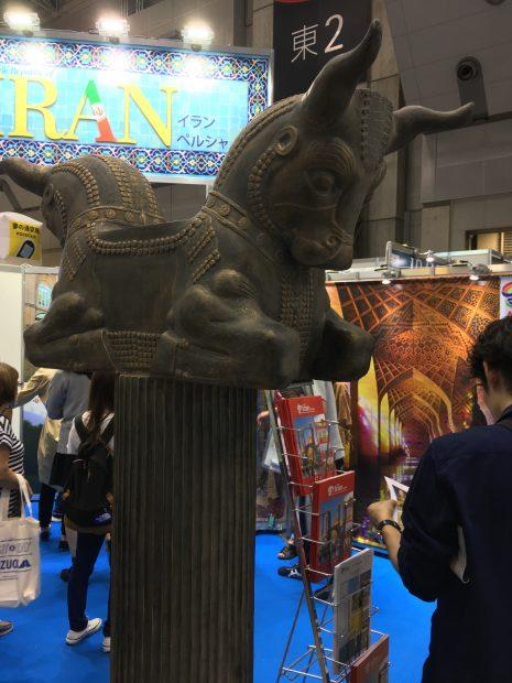 イランのブースの古代彫刻のレプリカ。その1