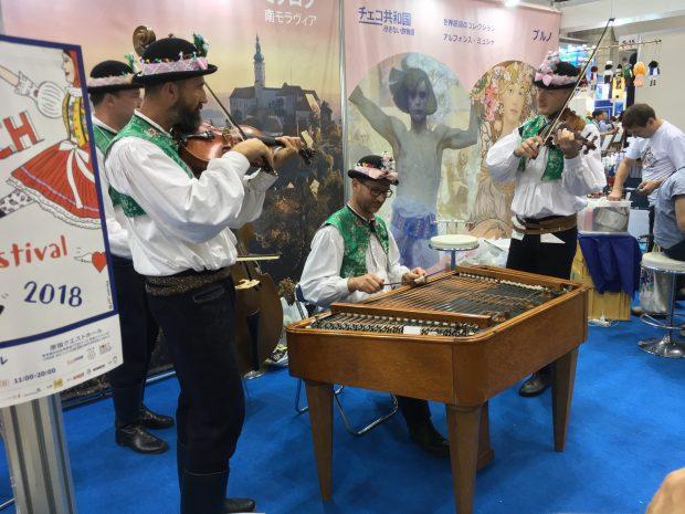 チェコの民族音楽の演奏