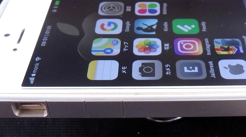 「iPhone SE」のサイドにあるボリュームボタン