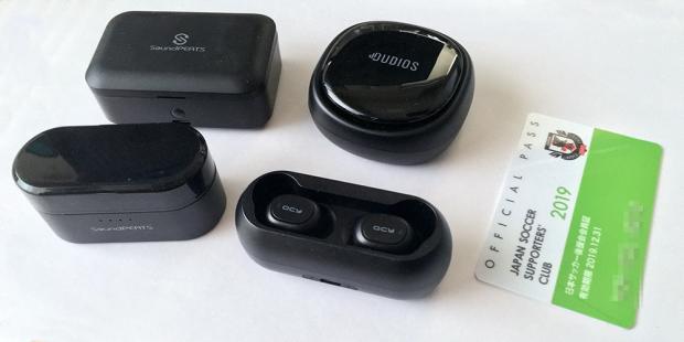 充電ケースの大きさが実感できないのでカードと比較した。左上から時計回りに「Q32」「Zeus TWS」「T1」「Truengine」