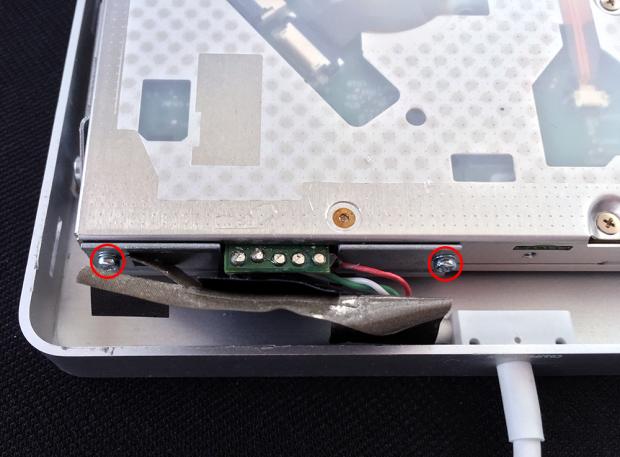 シールドテープの下のネジ2本を外す
