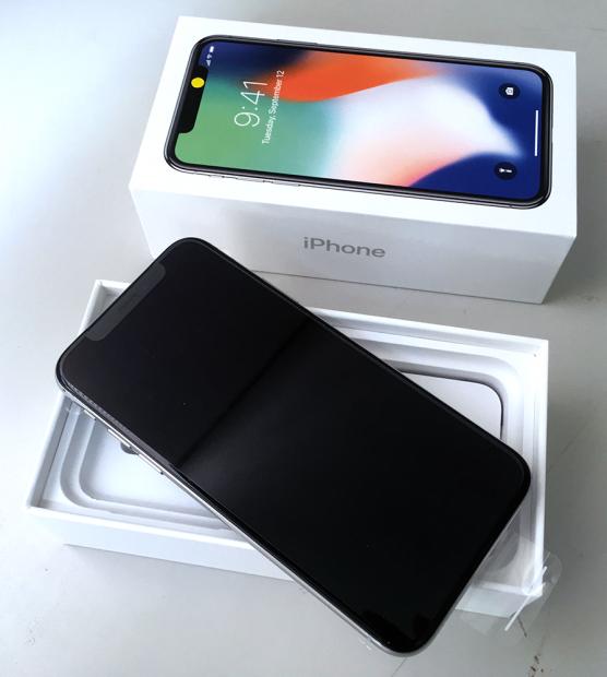 購入した「iPhone X」を開封。