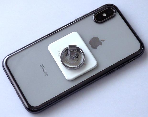 試しで「BUNKER RING 3」を着けた「iPhone X」