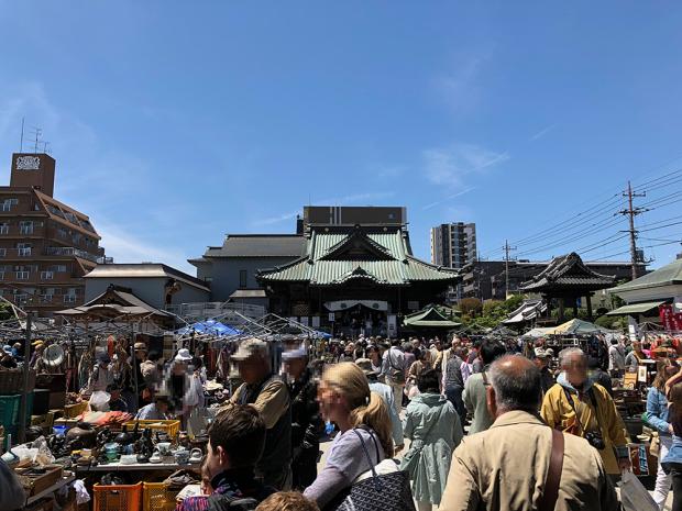 「喜多院」手前の「成田山川越別院」。フリーマーケットで混雑!