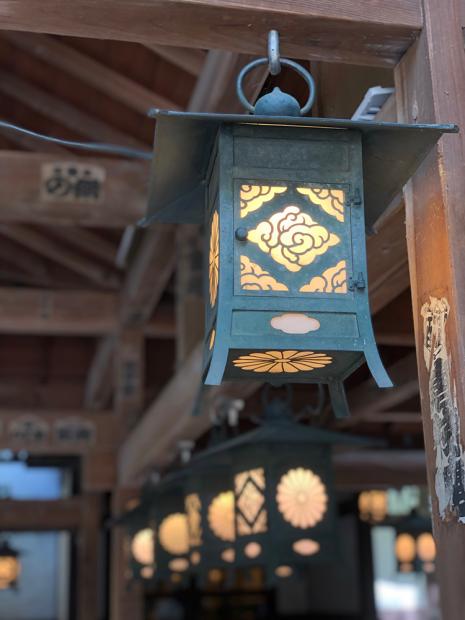 「氷川神社」。回廊の行灯。