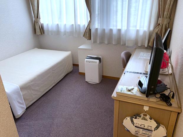 ベットと机だけのシンプルな室内