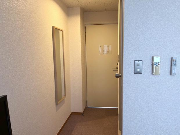 室内から入口を見る。右側がユニットバス