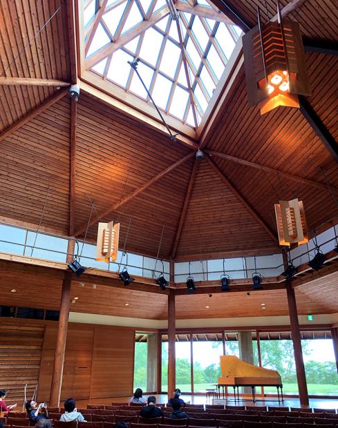 観客席の天井は木組みで三角形になっている