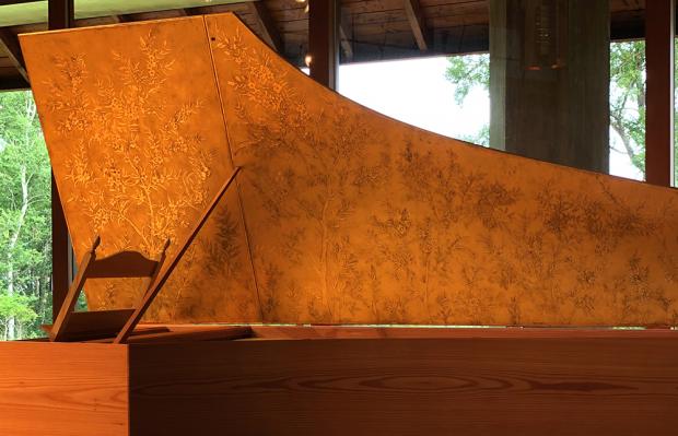 チェンバロの天板は金箔装飾でパリの職人が制作