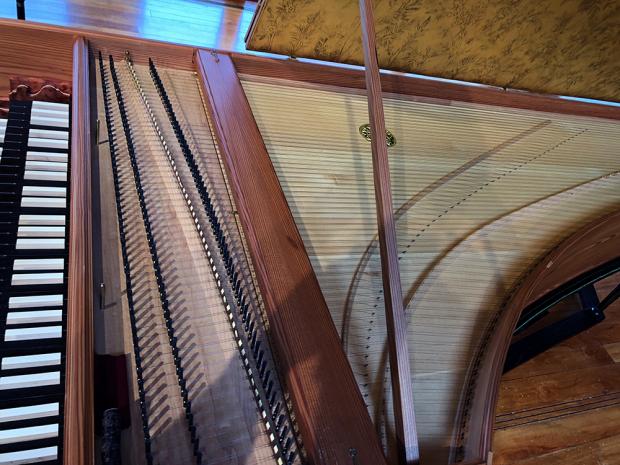 ピアノが弦を叩くのに対して、チェンバロは弦を弾く構造