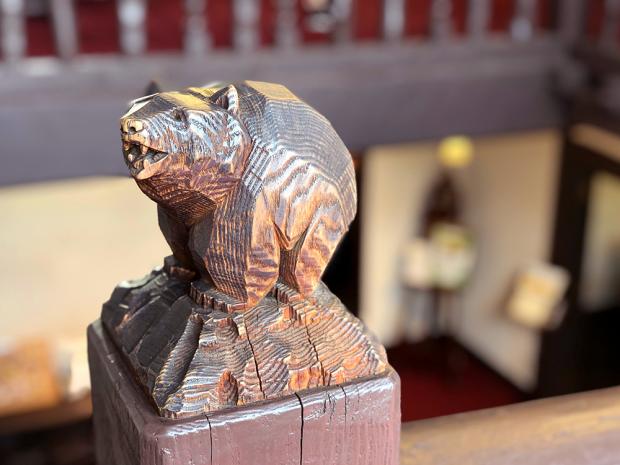 熊の彫り物は「八ケ岳高原ヒュッテ」の歴史と深い係わりがある