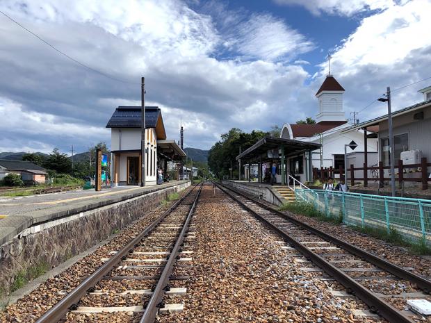 小海線の線路中央から野辺山駅を見る