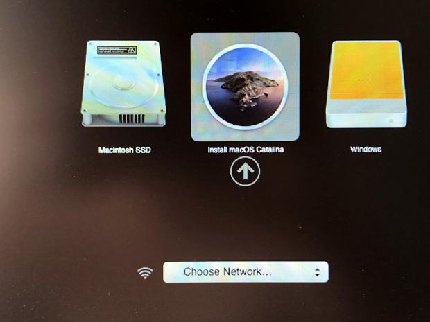 「Option」キーを押しながら起動。USBメモリーの「Install macOS Catallna」を選択