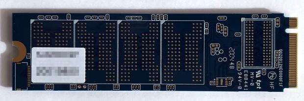 「Silicon Power」の「SP001TBP34A80M28 1TB」の裏側。256GB×4なのかな?