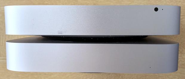 「Mac mini 2012」(上側)と「M1 Mac mini」(下側)のフロント面の比較