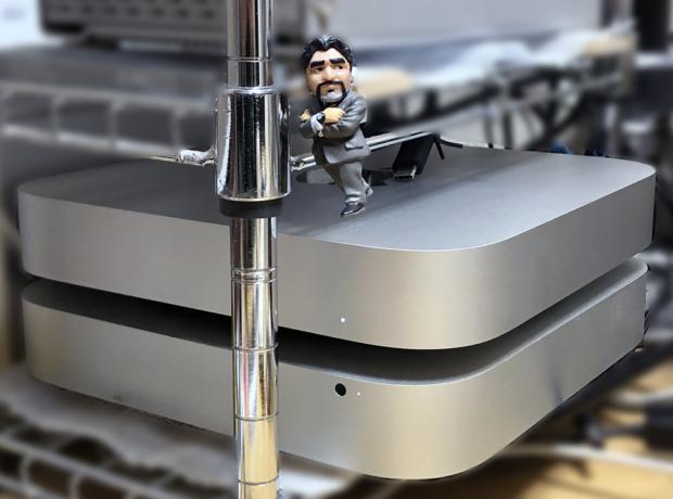 「M1 Mac mini」(上)と「Mac mini 2012」(下)。マラドーナ監督もいる(^_^)